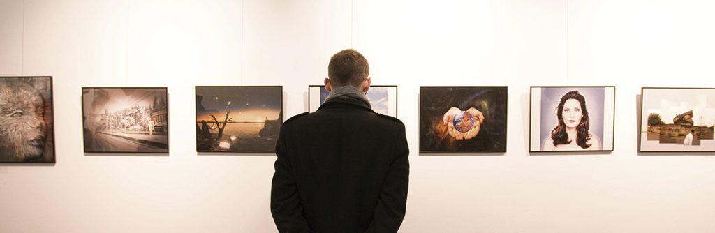 Un visitante a la exposición del Creative del 2016 ante las obras finalistas
